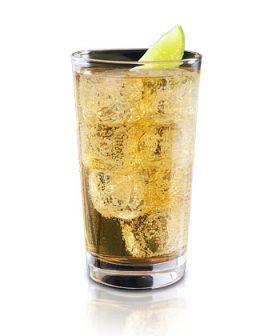 Atšaldytas brendžio ir obuolių sulčių kokteilis